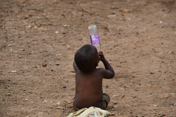 A child empties a soda bottle thumbnail