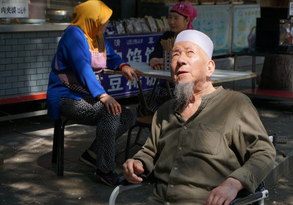 Man in Xi'an's Muslim Quarter thumbnail