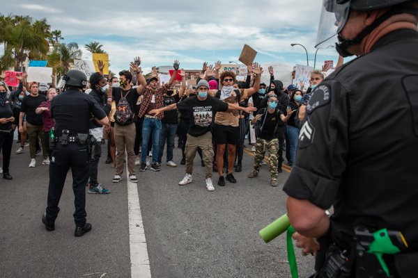 Police confronts protesters in Beverly Hills thumbnail