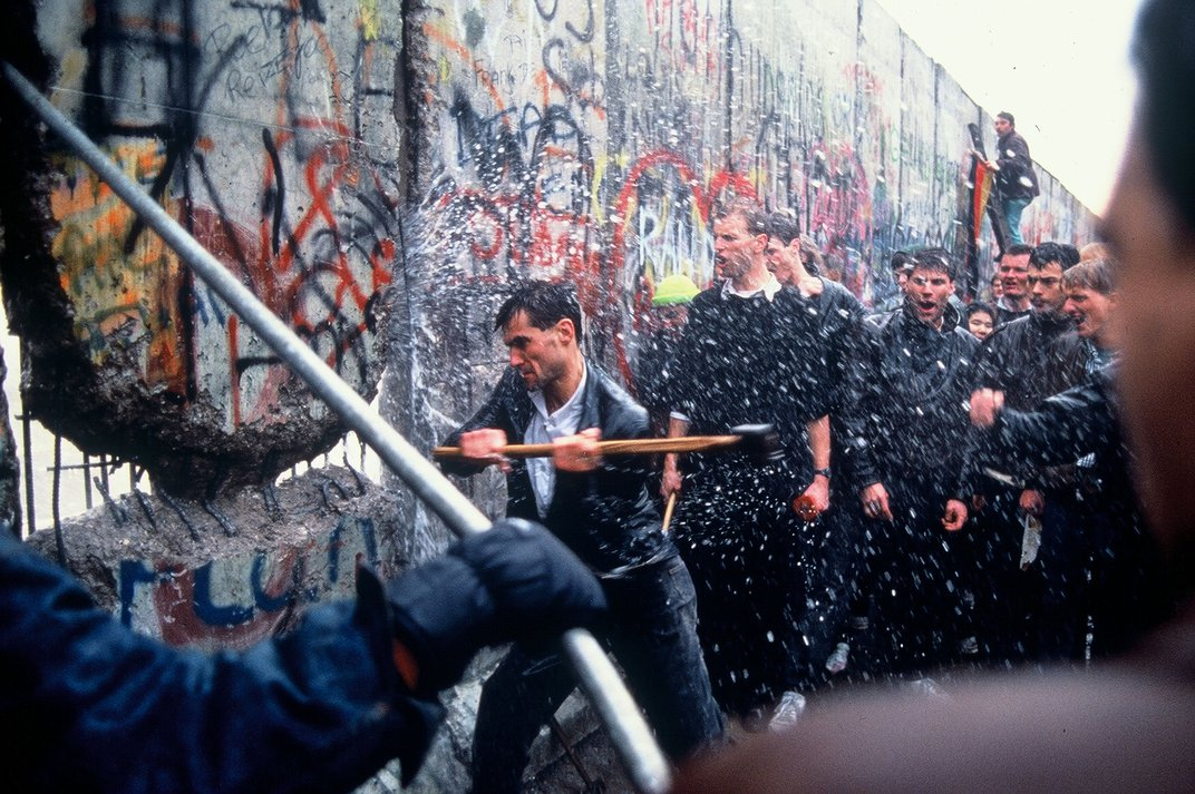 Amazing, Rare Photographs of the Berlin Wall Coming Down