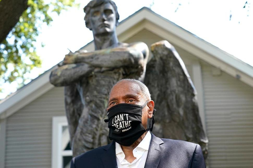 John Guess Jr. in front of Spirit of the Confederacy statue