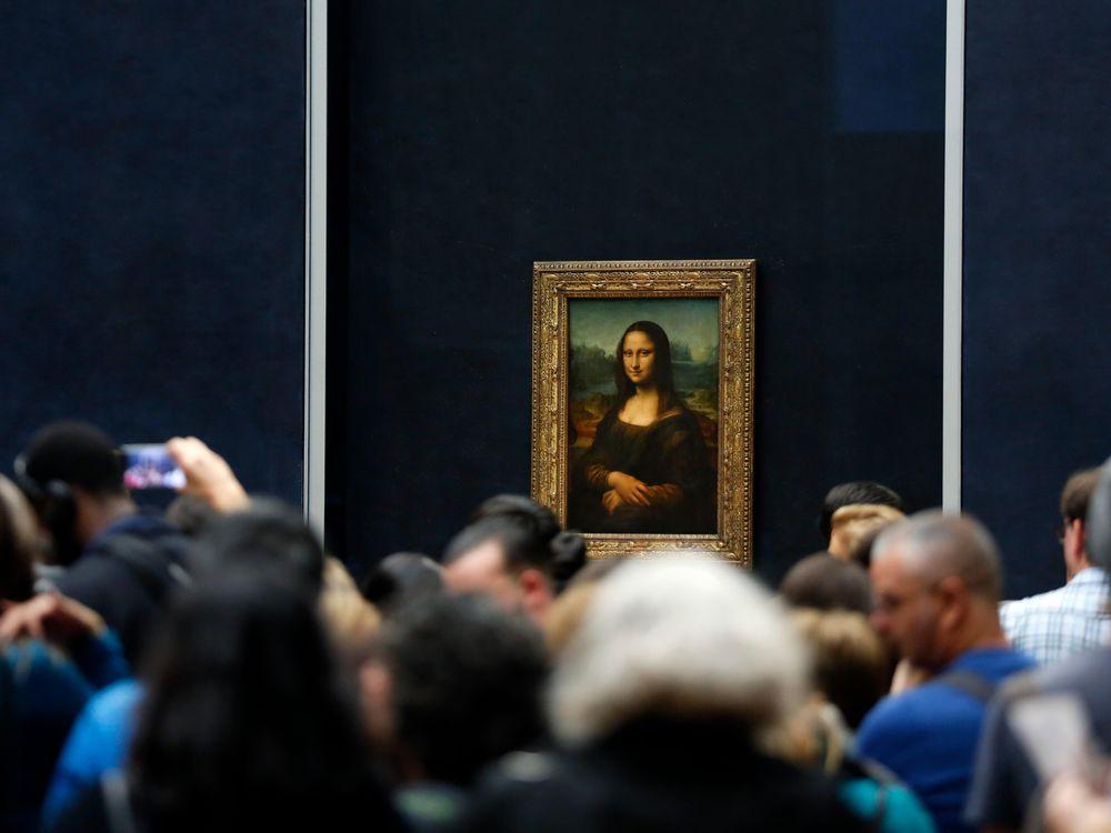 Tourists waiting to see Mona Lisa