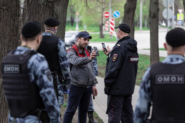 Checking an electronic pass by the police during quarantine in Moscow thumbnail