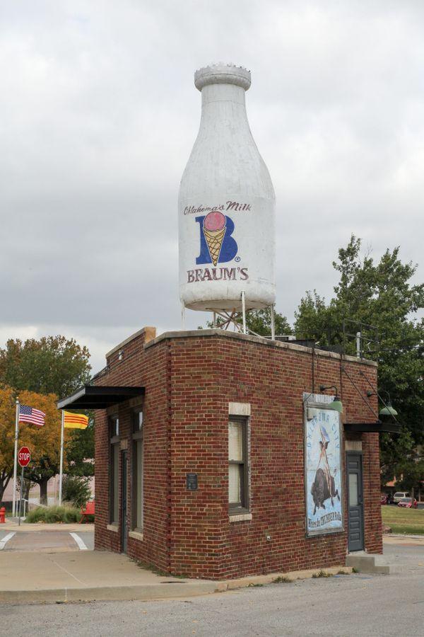 Milk Bottle Grocery along historic Route 66 thumbnail