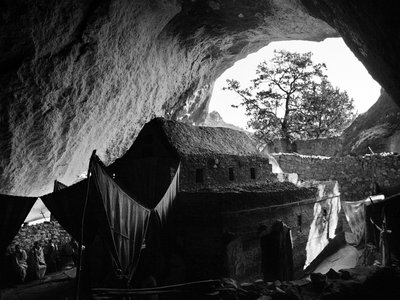It is not uncommon for highlands churches to be situated within caves. Mekina Medhane Alem, built of wood and layered stone, contains 800-year-old paintings but is believed to be centuries older.