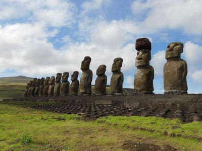 An example of a moai wearing a red scoria pukao.