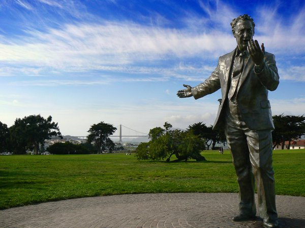 Statue in a park inviting to the Golden Gate in San Francisco thumbnail