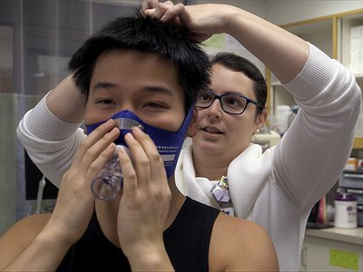 Alexander Mok (left) tests a cardiopulmonary assessment device with exercise physiologist Casey White (right) at Massachusetts General Hospital.