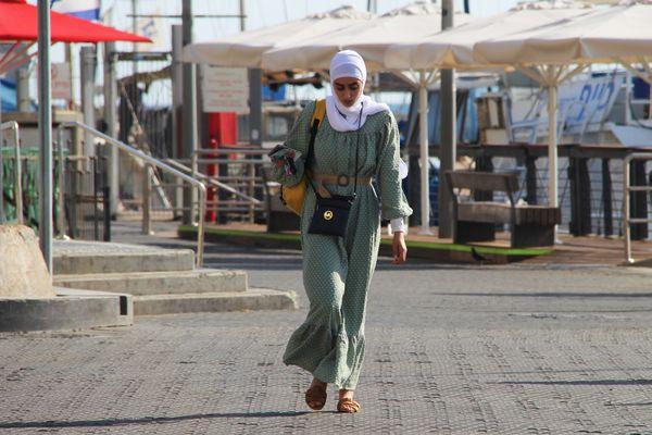 mujer elegante caminando thumbnail