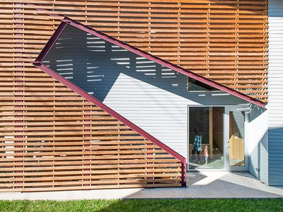The inherent flexibility and adaptability of the Shotgun Chameleon House in Houston grew from designer Zui Ng's desire to create an economically and environmentally sustainable house. The exterior staircase serves as a separate entrance for potential renters.
