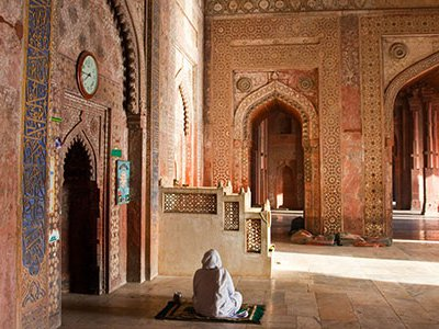 This monumental complex embraces a palace, courtyards, gardens, gazebos, ceremonial gates, an artificial lake and the Jama Masjid, a mosque big enough for 10,000 worshipers.
