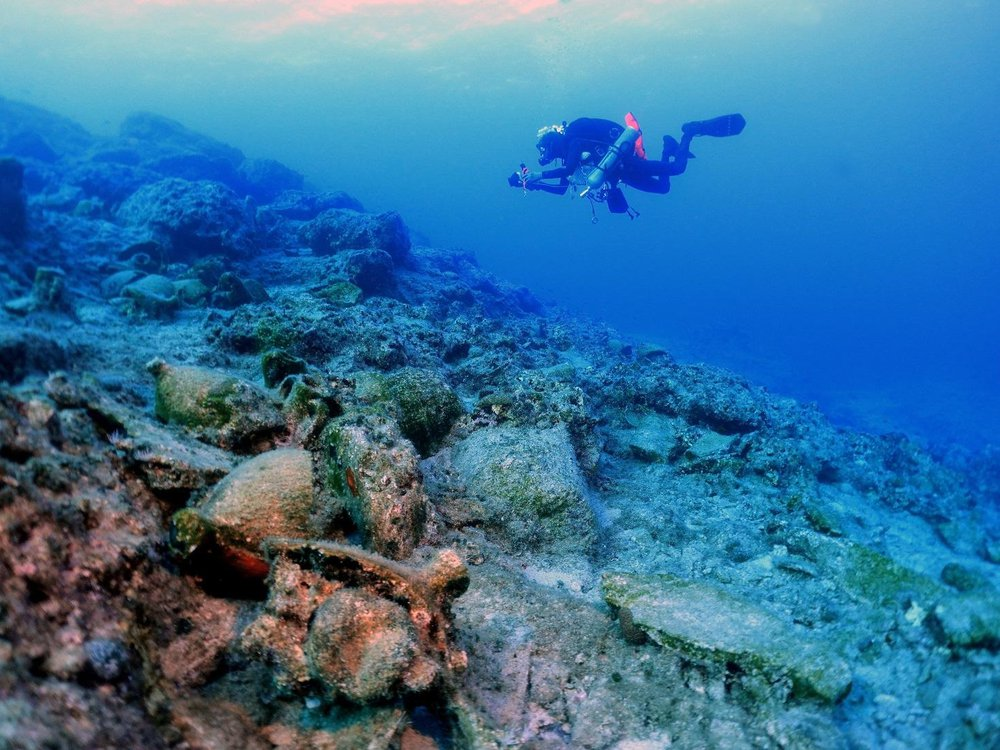 Archaeologist surveys underwater wreck off coast of Kasos
