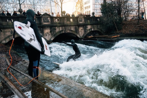 Surfing in winter in Munich city thumbnail
