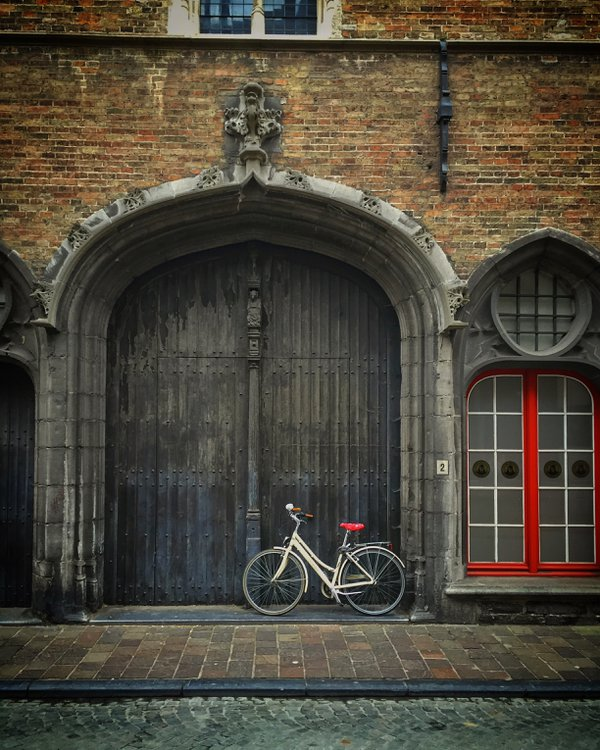 A bike and red accents in Bruges thumbnail