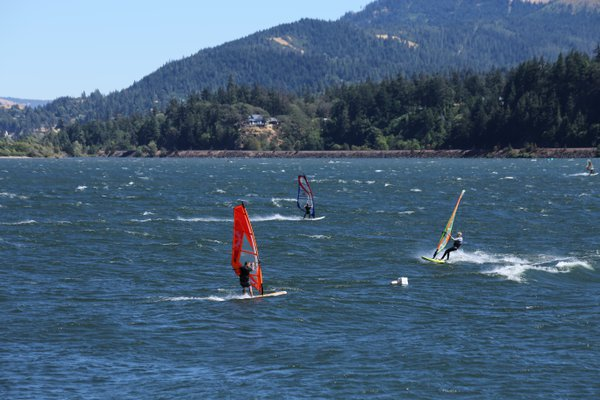 Kite surfers on the Columbia River thumbnail