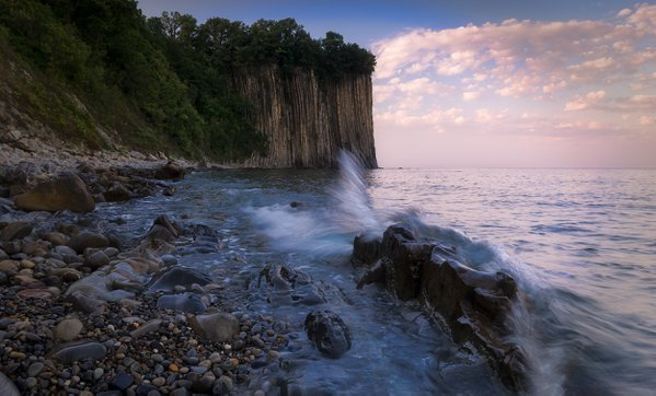 Morning with splashes of waves at the rock Kiselev. thumbnail