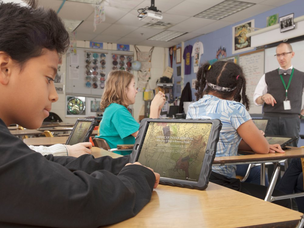 Middle-school-students-using-NMAI-educational-resources_Photo-by-Alex-Jamison.jpg