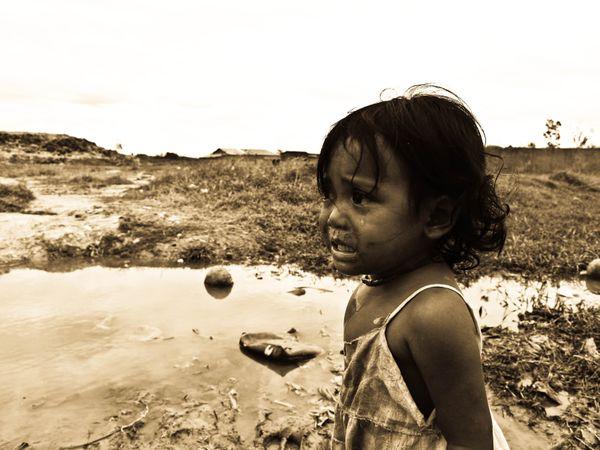 Girl living in Phnom Penh city dump. thumbnail