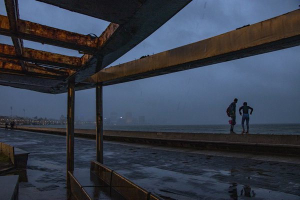 Couple on rainy Mumbai thumbnail
