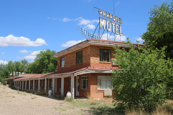 Welcome to Paradise: An abandoned Motel along Route 66 thumbnail