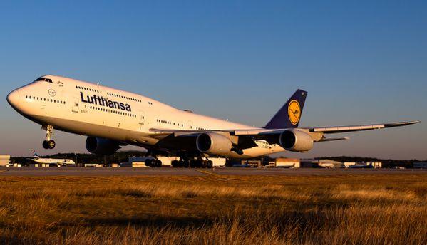 Lufthansa 747-8 departing Houston thumbnail