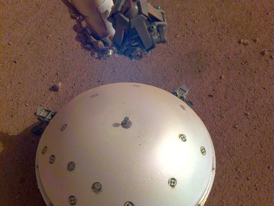 The SEIS instrument on the surface of Mars.