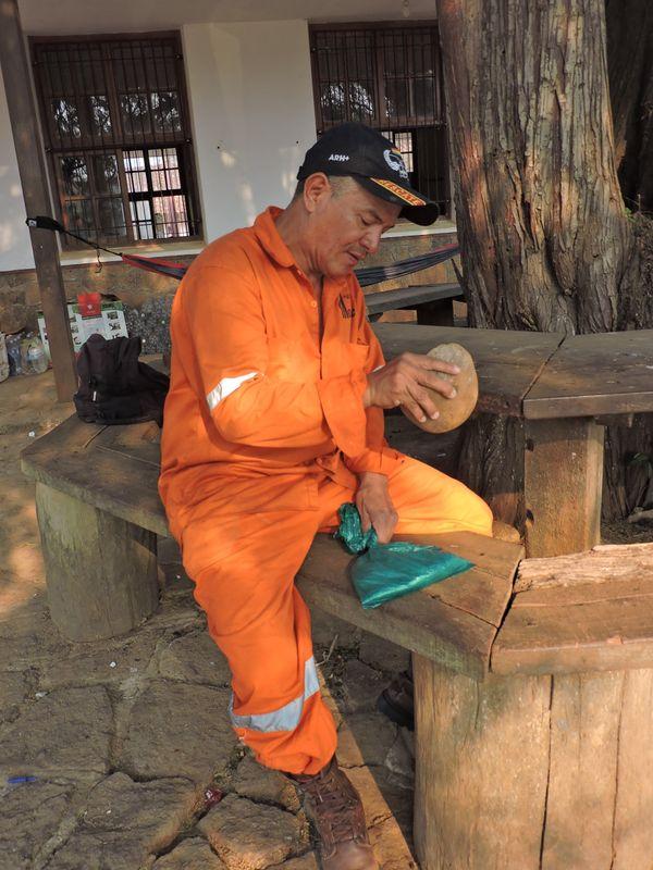 Bombero Voluntario en la Chiquitania  preparando su hoja de coca para consumirla  thumbnail