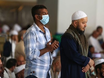 Worshippers, some of them wearing protective masks, take part in the Friday prayers at Mecca's Grand Mosque on March 6, 2020, a day after Saudi authorities emptied Islam's holiest site for sterilization.