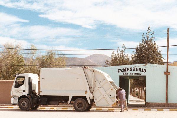 camión de basura frente al cementerio thumbnail