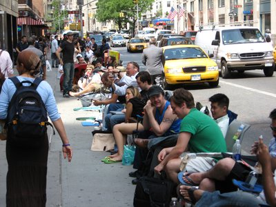 People lined up to buy the first iPhone in New York, June 29,2007