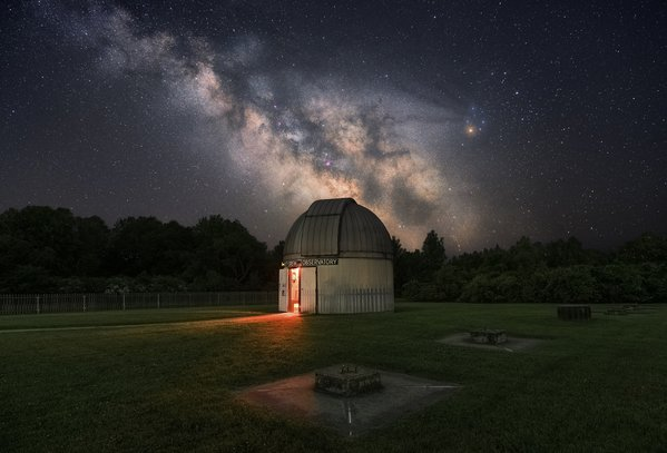 Milkyway rising behind Frosty Drew Observatory in Rhode Island thumbnail