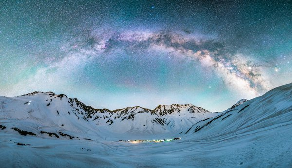 At the end of the spring 2019 shooting trip, I climbed Tateyama after seeing the weather forecast. It is the snowiest mountainous area in Japan. I set up a tent at the campsite, slept a little and waited for the night. When I woke up in the middle of the night, the sky was full of stars. I climbed a hill a little away from the campsite and photographed Tateyama and the Milky Way.