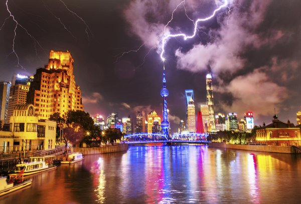 Lightning strikes Shanghai Oriental Pearl TV Tower thumbnail