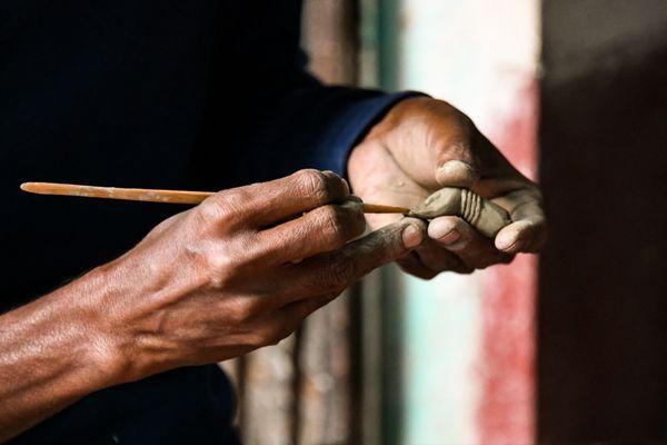 A man sculpting a hand of an idol in Kolkata thumbnail