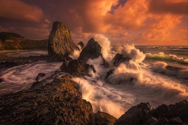 Ocean waves crashing over the rugged Oregon coast thumbnail