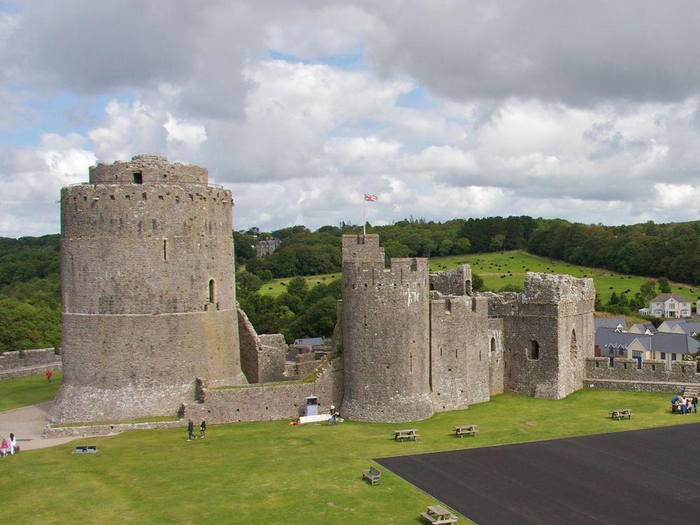 Pembroke_Castle_(15803980917)_cropped.jpg