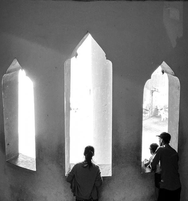 A family looks at the window overlooking Patuxai park thumbnail