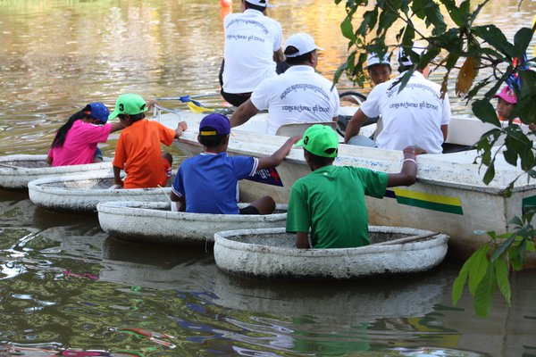 Young paddles at Cambodian Water Festival thumbnail