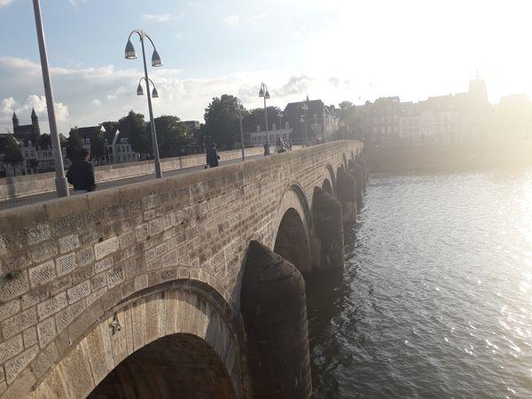 Sun-soaked Sint-Servaasbrug thumbnail