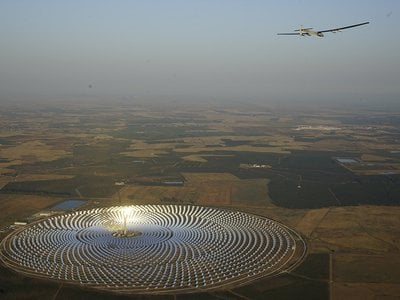 In July 2016, a solar-powered airplane flying over the desert region of Andalusia in Spain photographed breathtaking images of the Gemasolar concentrated solar power plant.