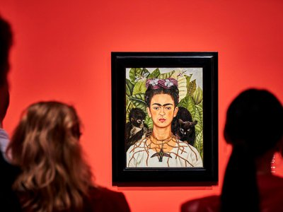 """An installation view of the """"Fantastic Women: Surreal Worlds From Meret Oppenheim to Frida Kahlo"""" exhibition"""