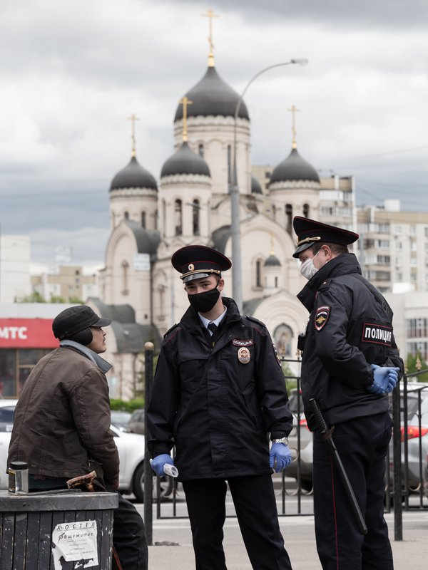 Police and a homeless man in front of a temple in Moscow thumbnail