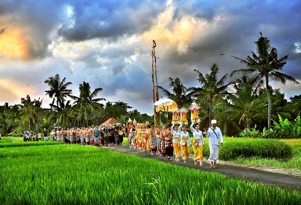 Sacrificial rites in Indonesia village thumbnail