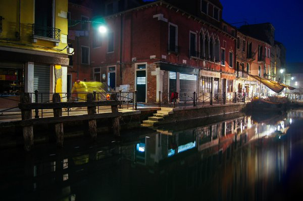 Night cleaning in Venice thumbnail