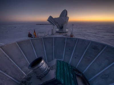 The sun sets behind the BICEP2 telescope at the South Pole.
