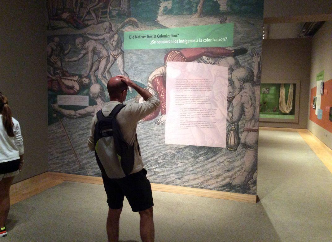 Visitante dentro la sala de exposición