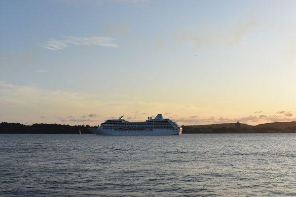 Cruise ship sailing past Brooklyn and Staten Island thumbnail