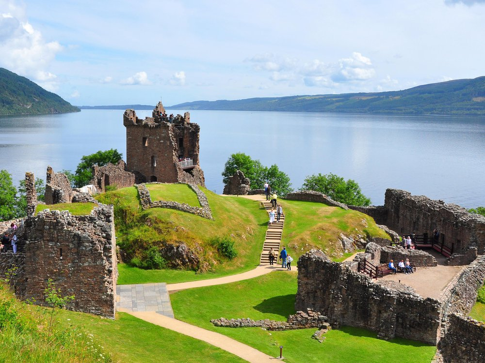View_to_north_over_Urquhart_Castle.jpg